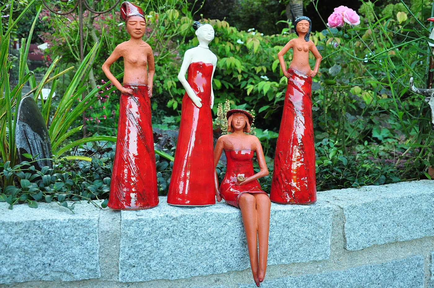 Rote Mädels im Keramikgarten